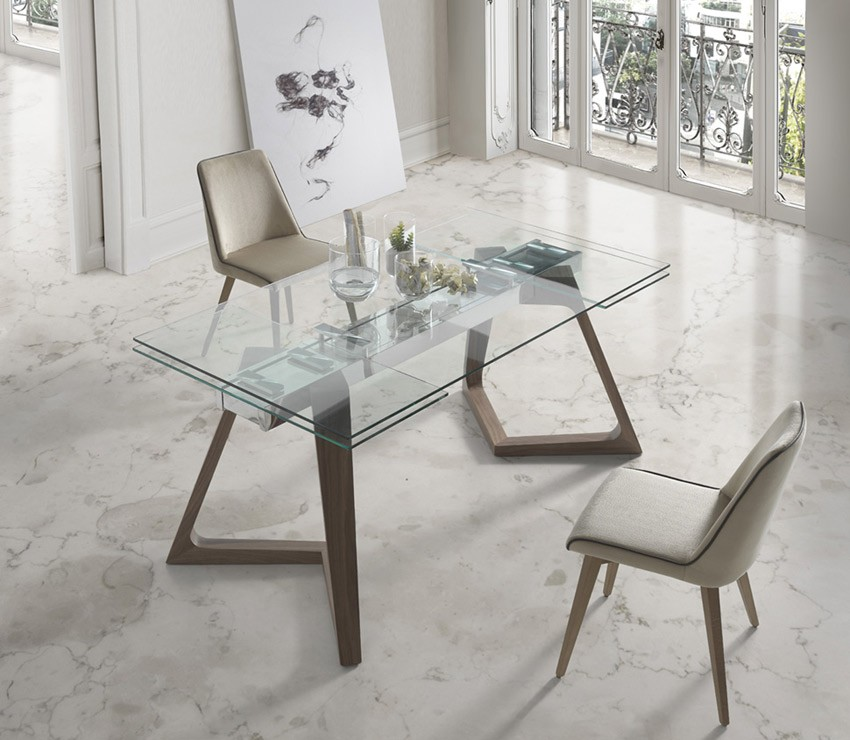Mesa comedor extensible con tapa de cristal y patas de madera for Mesas de comedor de diseno extensibles