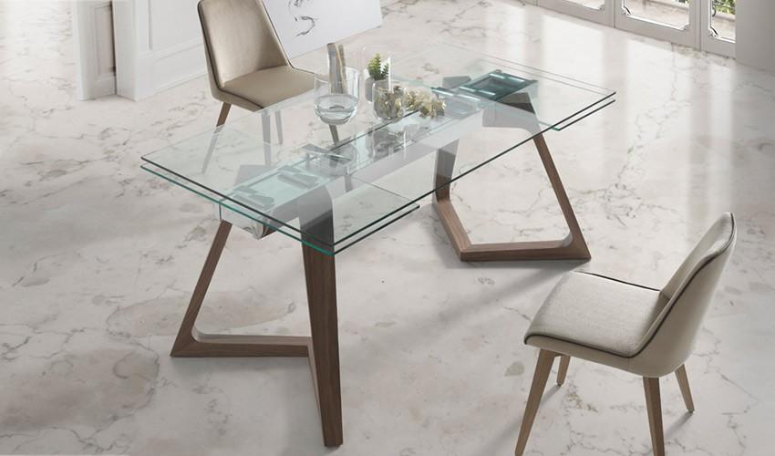Mesa comedor extensible con tapa de cristal y patas de madera for Mesa comedor redonda extensible madera