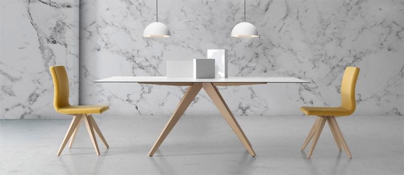Mesa comedor con originales patas de madera y tapa cerámica Ref Q163000
