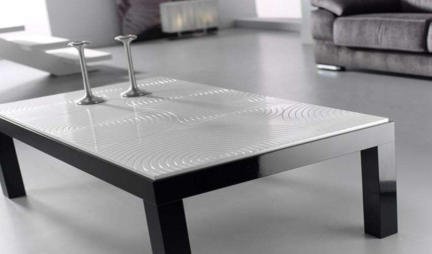 Mesa de centro de dise o con tapa grabada for Mesas de comedor cuadradas de diseno