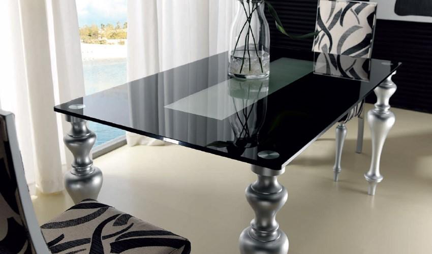 Mesa de comedor con patas torneadas y tapa cristal for Mesas de cristal y madera para comedor