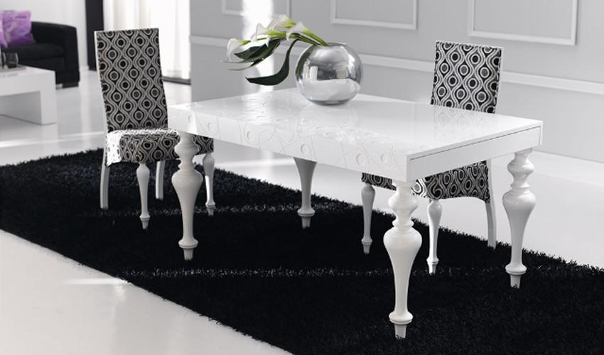 Mesa de comedor con tapa grabada y extensible