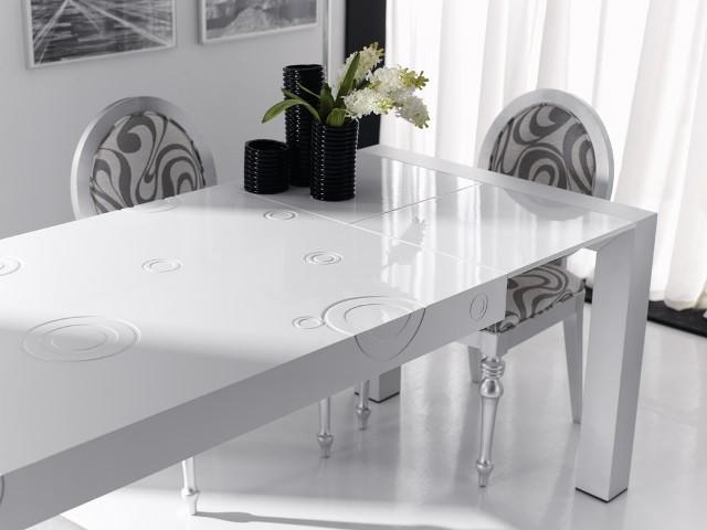 Mesa de comedor lacada con tapa grabada y extensible for Mesa comedor lacada blanca extensible